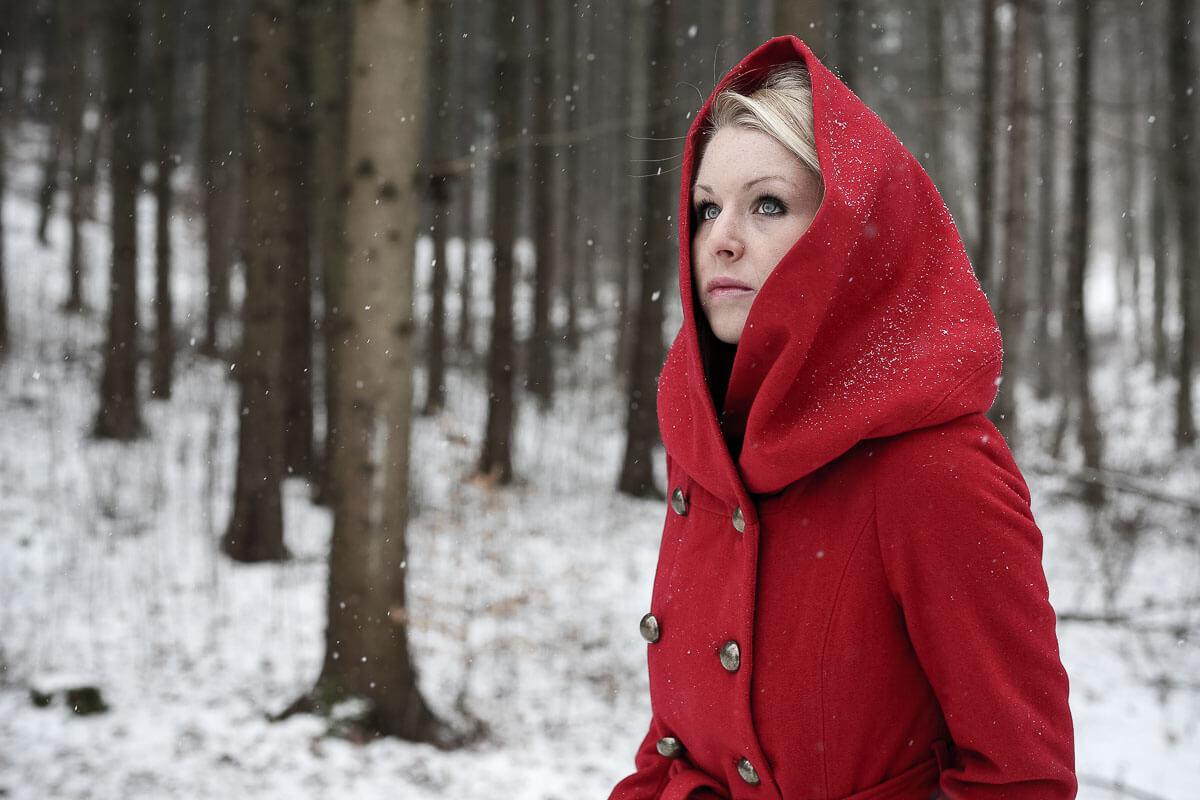 Rotkäppchen im Wald, Schnee fällt
