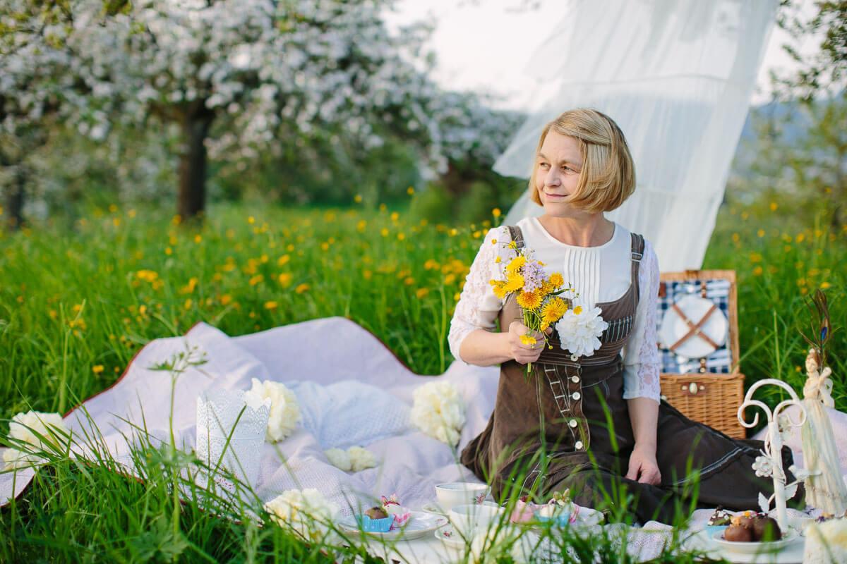 Picknick auf einer Blumenwiese