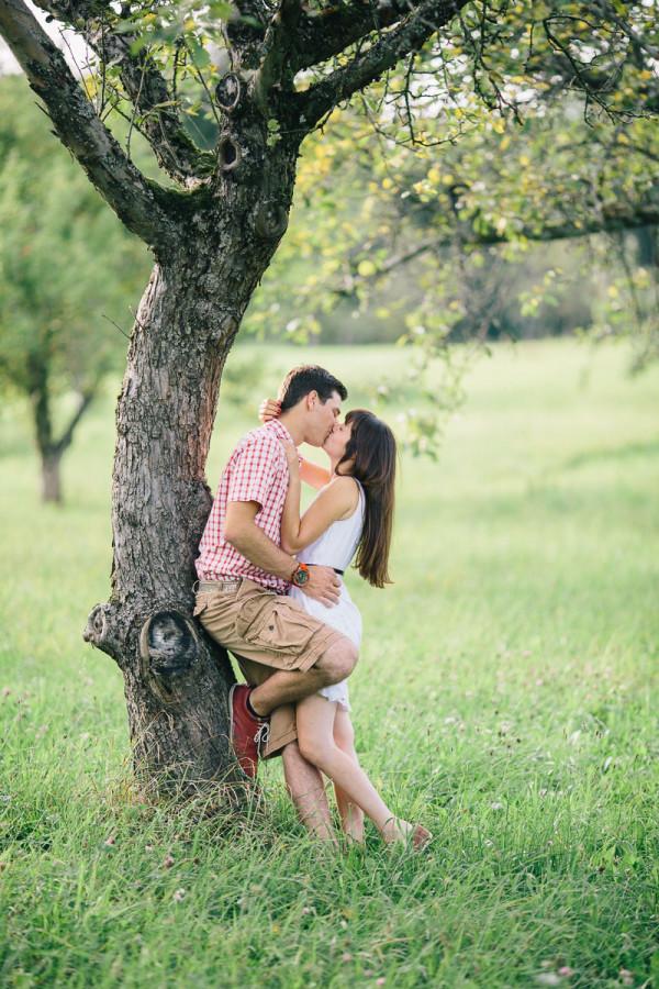 Paar küsst sich an Baum