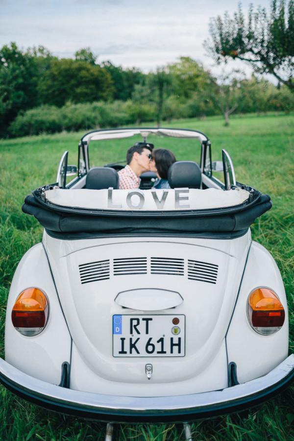 Küssen im VW Käfer