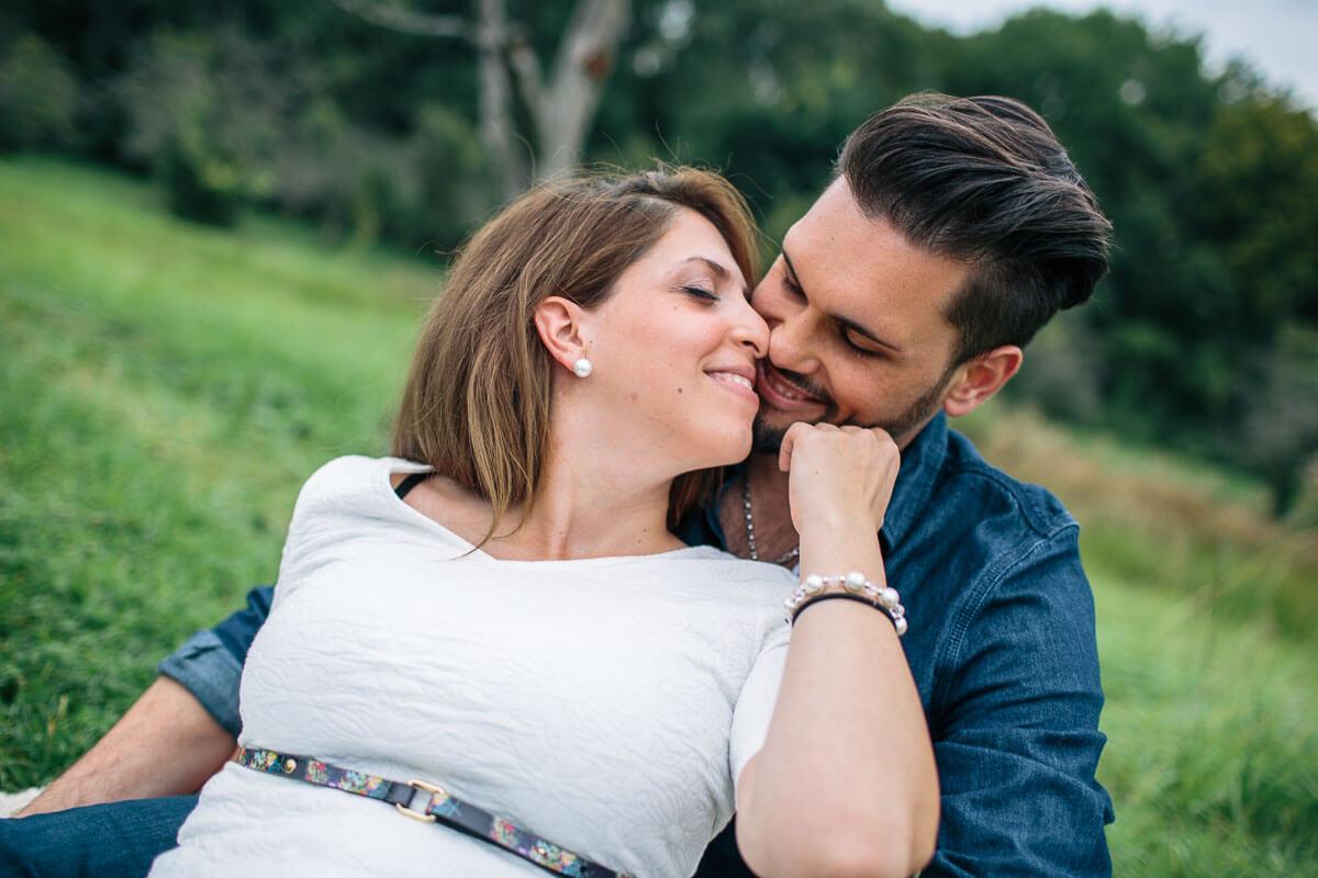 Schwangeres Paar in der Natur