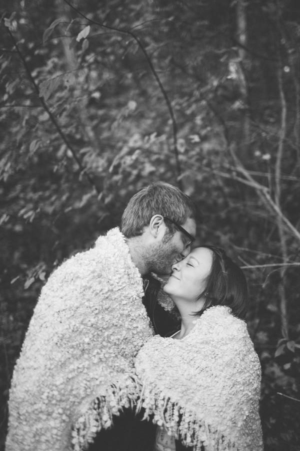 Paar umarmt sich mit Decke umhüllt