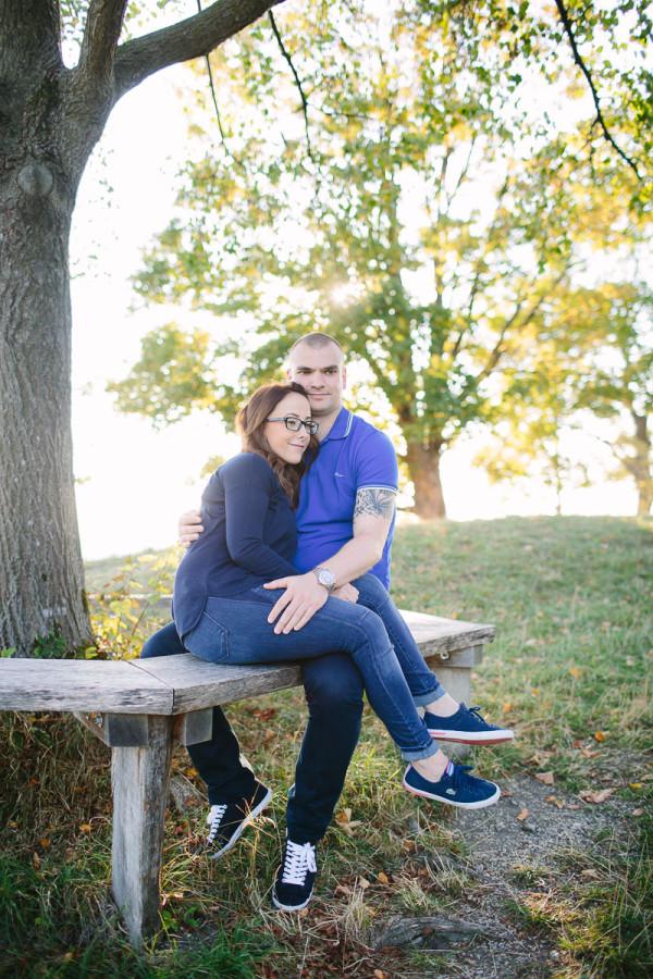Paar sitzt in der Natur, sie lacht