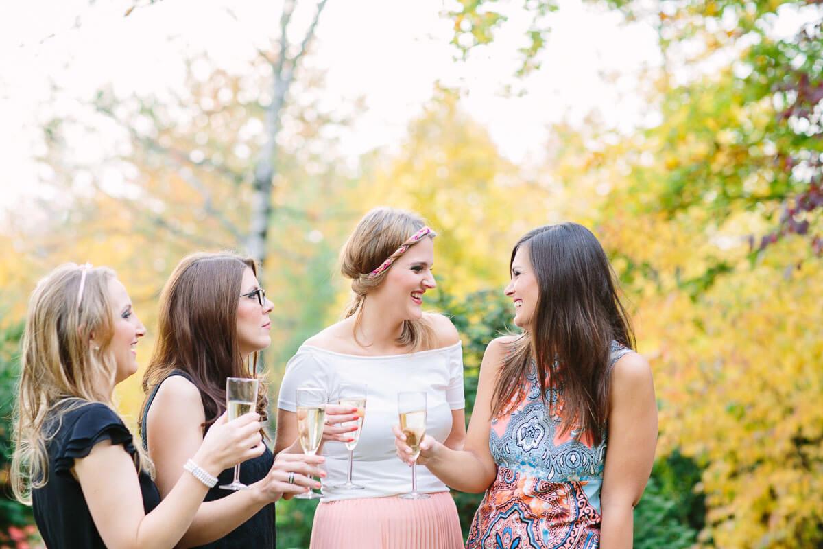 4 Frauen trinken Sekt und lachen
