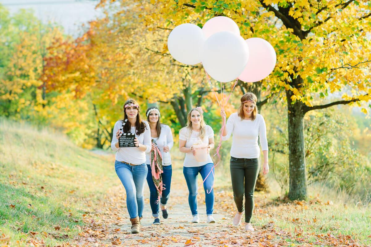 4 Frauen laufen mit Luftballons