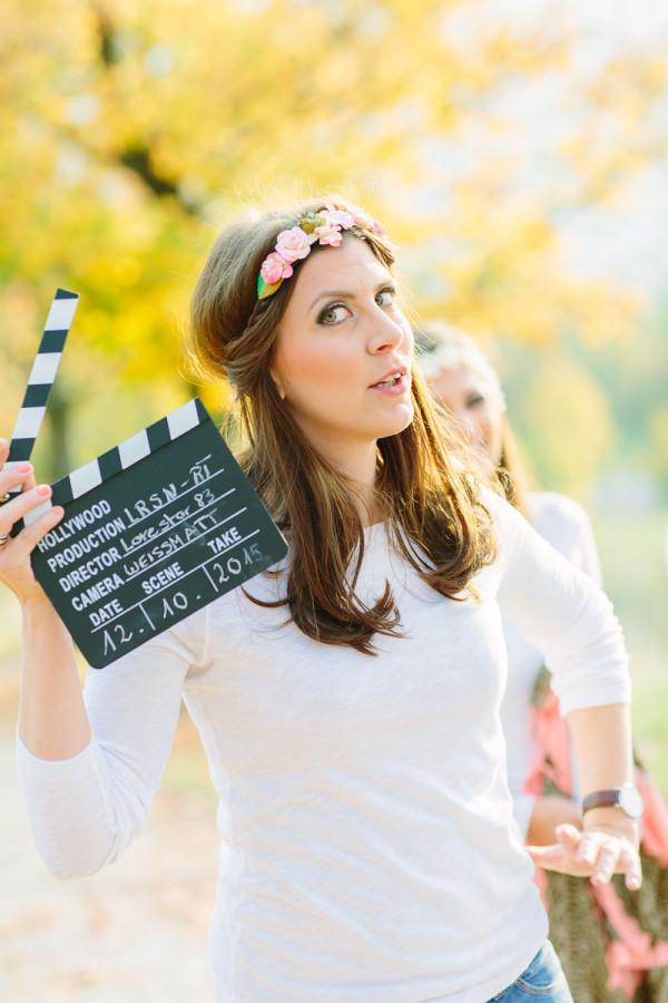 Frau mit Filmklappe in der Hand