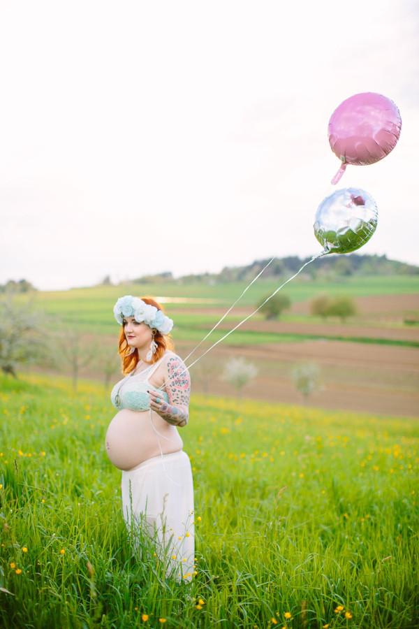 Schwangere Frau mit Luftballons