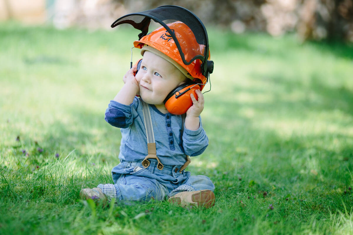 Kind mit orangenem Schutzhelm