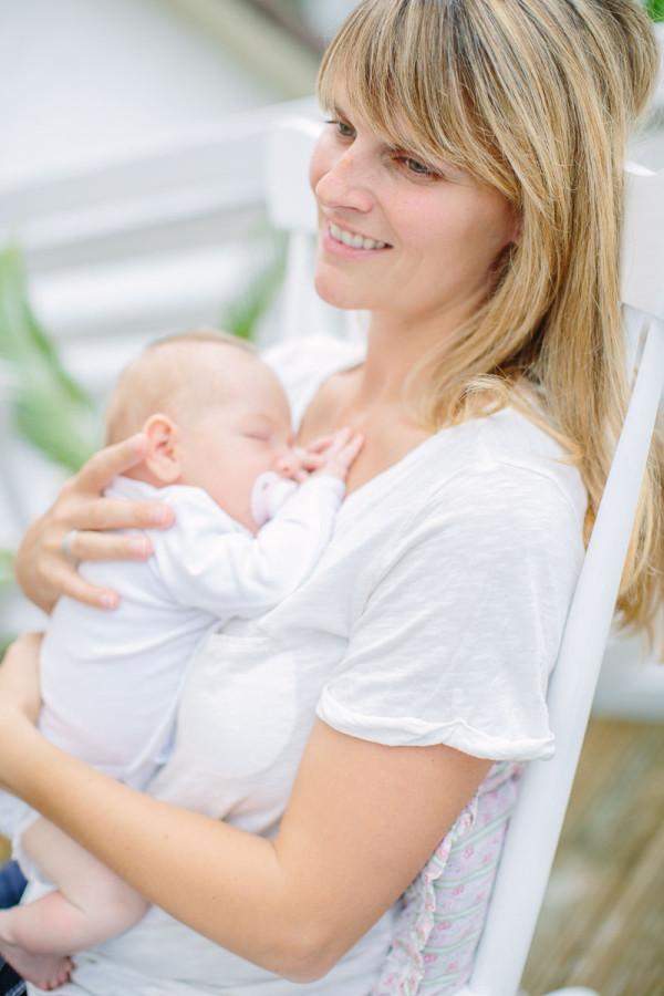 Baby liegt bei Mutter im Arm