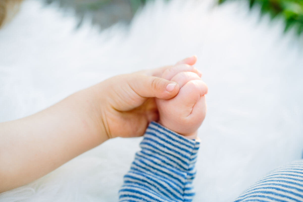 Kinder geben sich die Hand