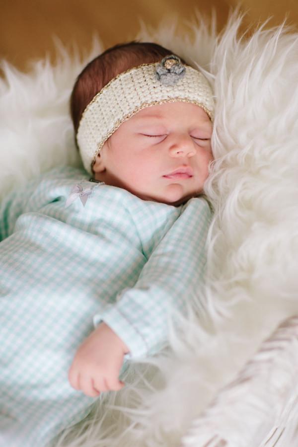 Baby schläft auf Fell