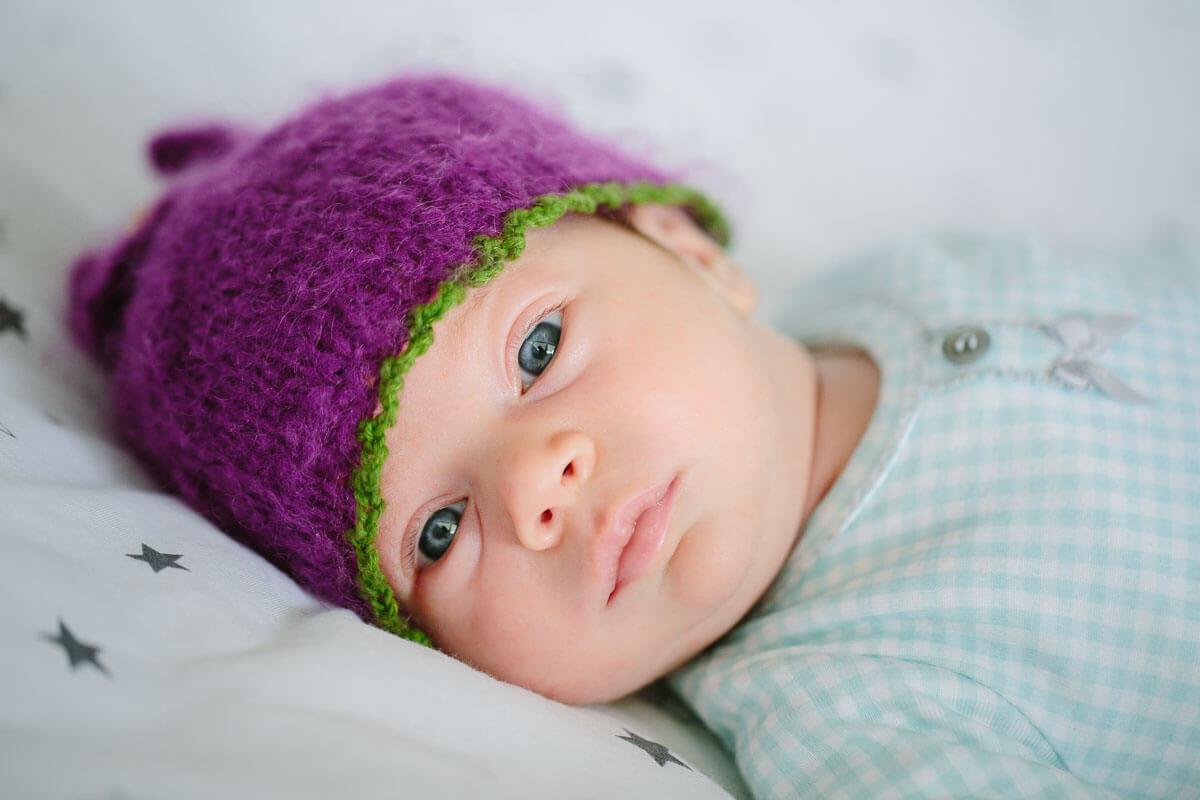 Baby mit lila Mütze