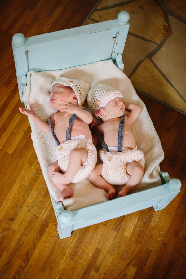 Zwillinge schlafen in Kinderbett