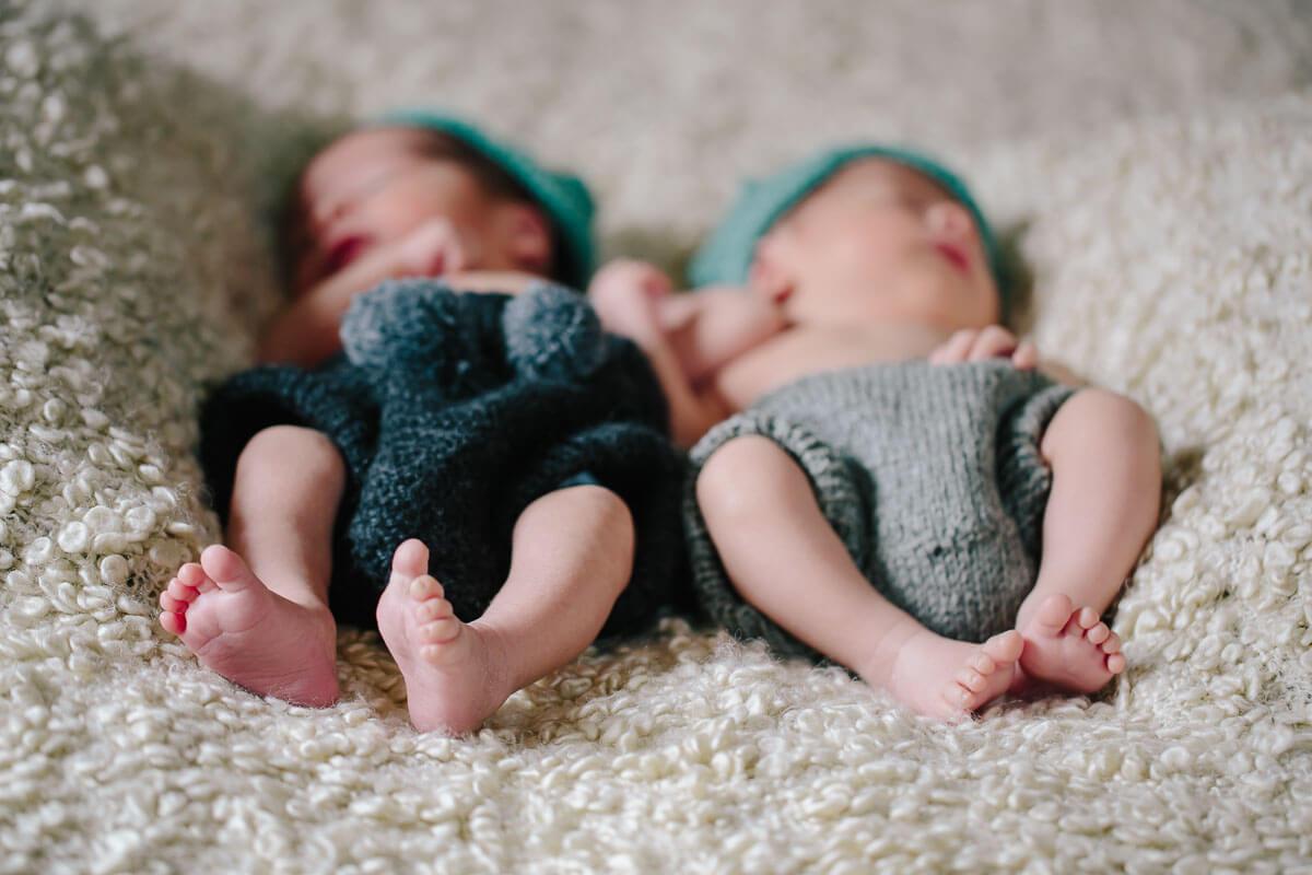 Zwillinge liegen auf Decke