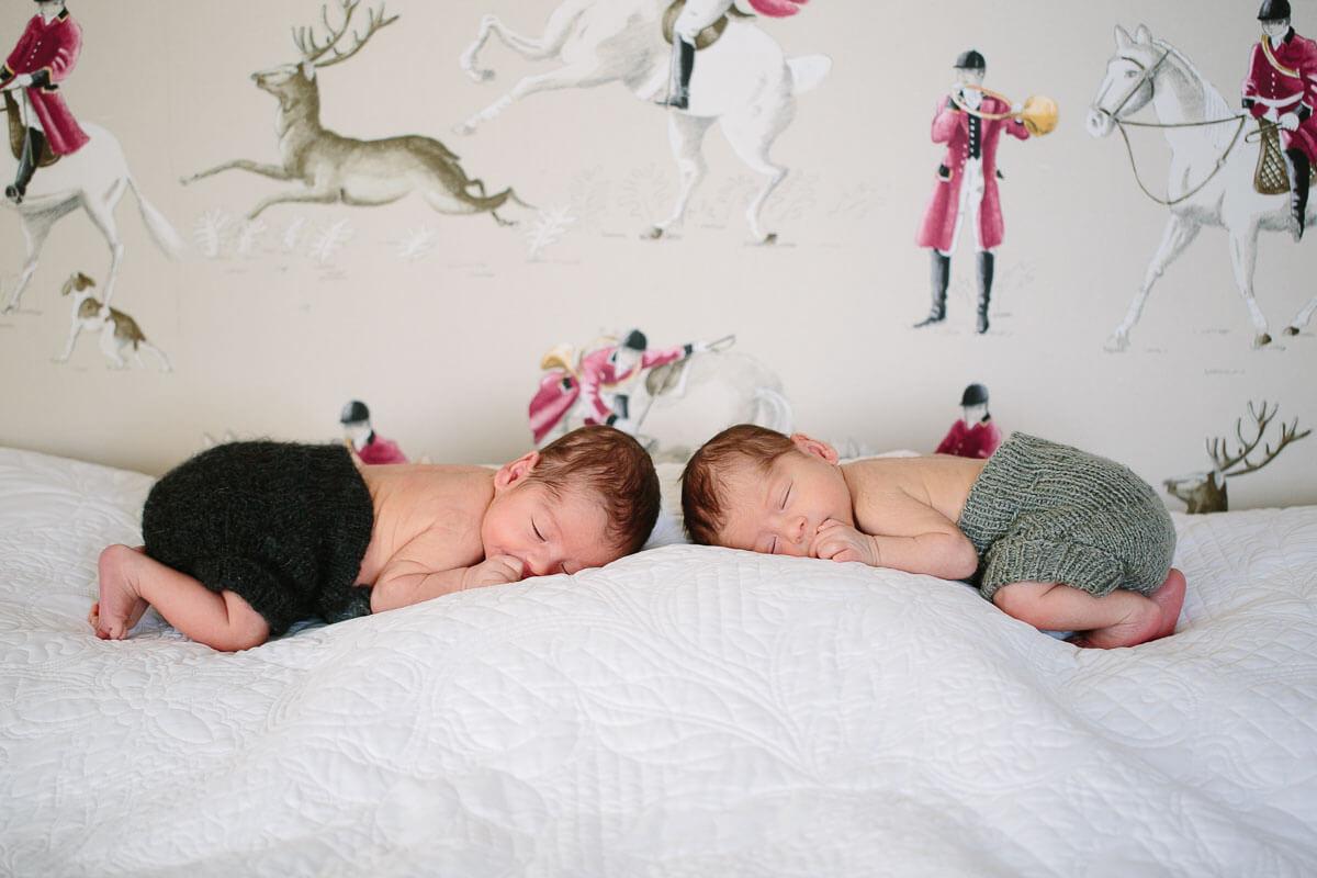 Zwillinge liegen auf Bett