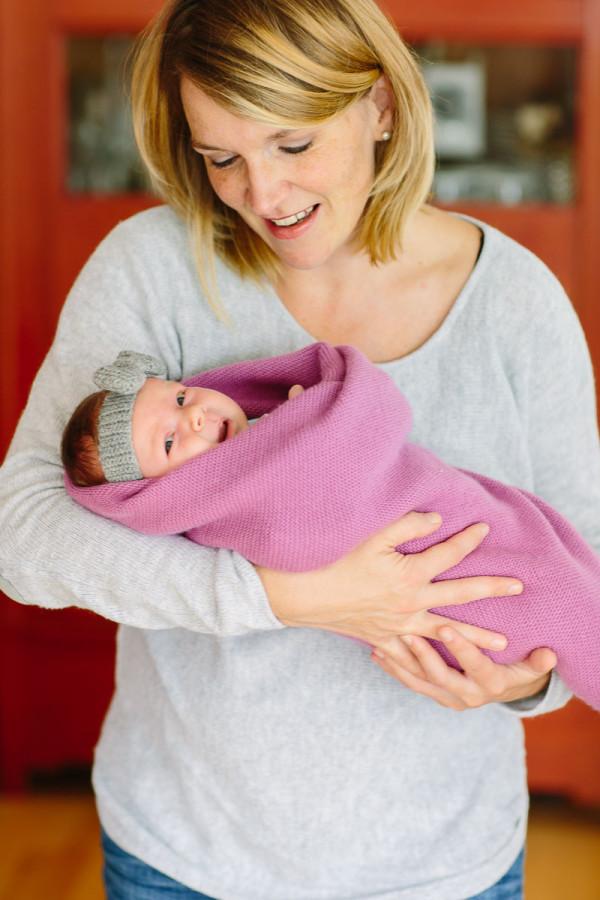 Mutter hält Baby im Arm