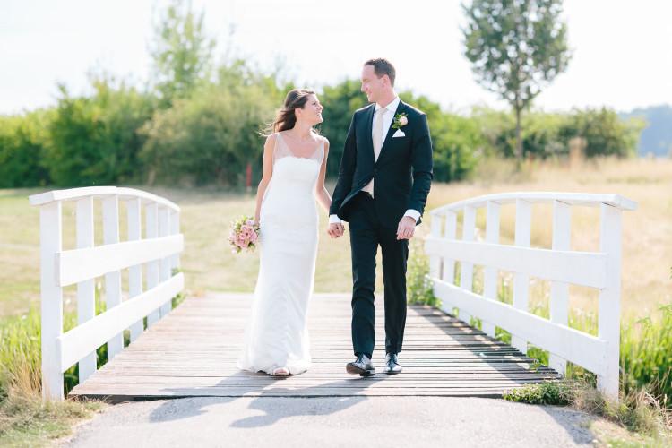 Brautpaar geht über Brücke, Golfplatz Hammetweil