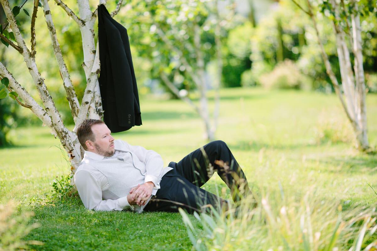 Bräutigam liegt im Gras