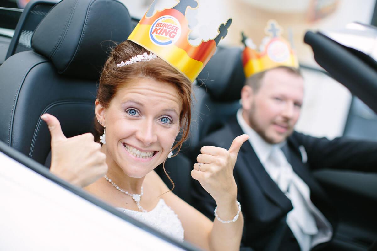 Braut mit Burger King Krone