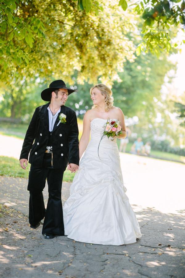 Brautpaar lächelt sich an in der Natur