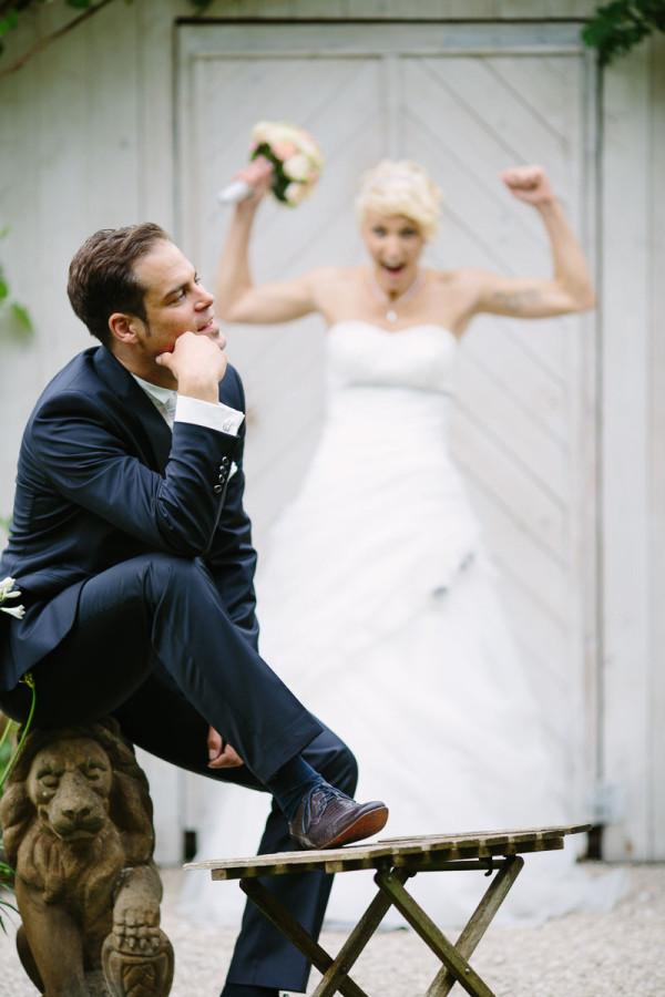 Braut hebt die Arme hoch