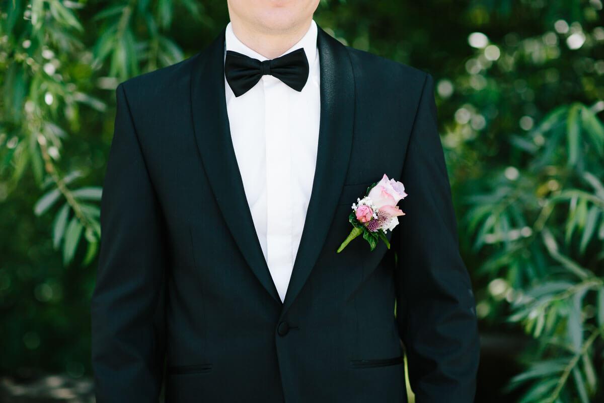 Bräutigam mit Blume und Fliege