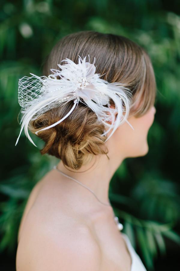 Braut mit Federn im Haar