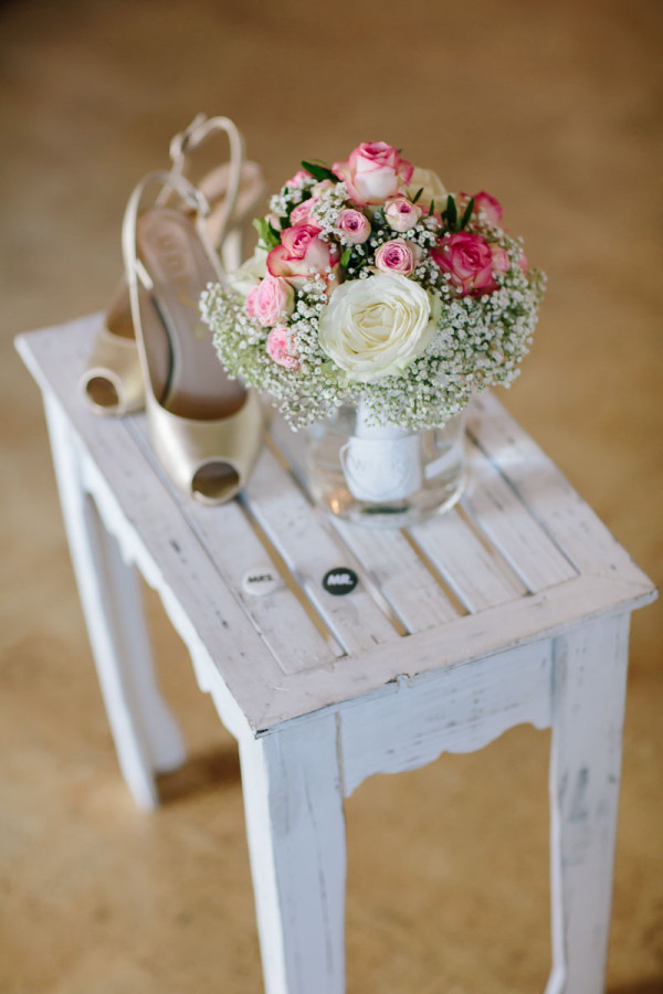 Brauttisch mit Schuhen und Brautstrauß