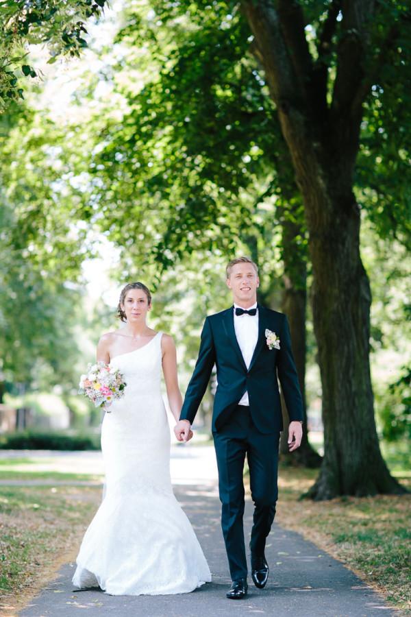 Brautpaar läuft in Park