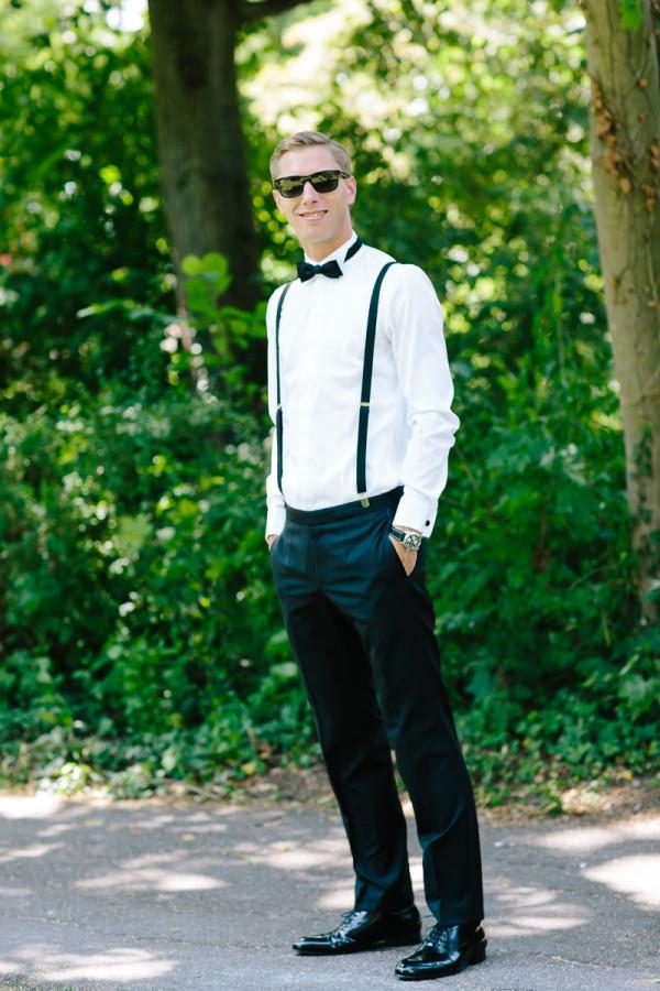 Bräutigam mit Fliege, Sonnenbrille und Hosenträgern