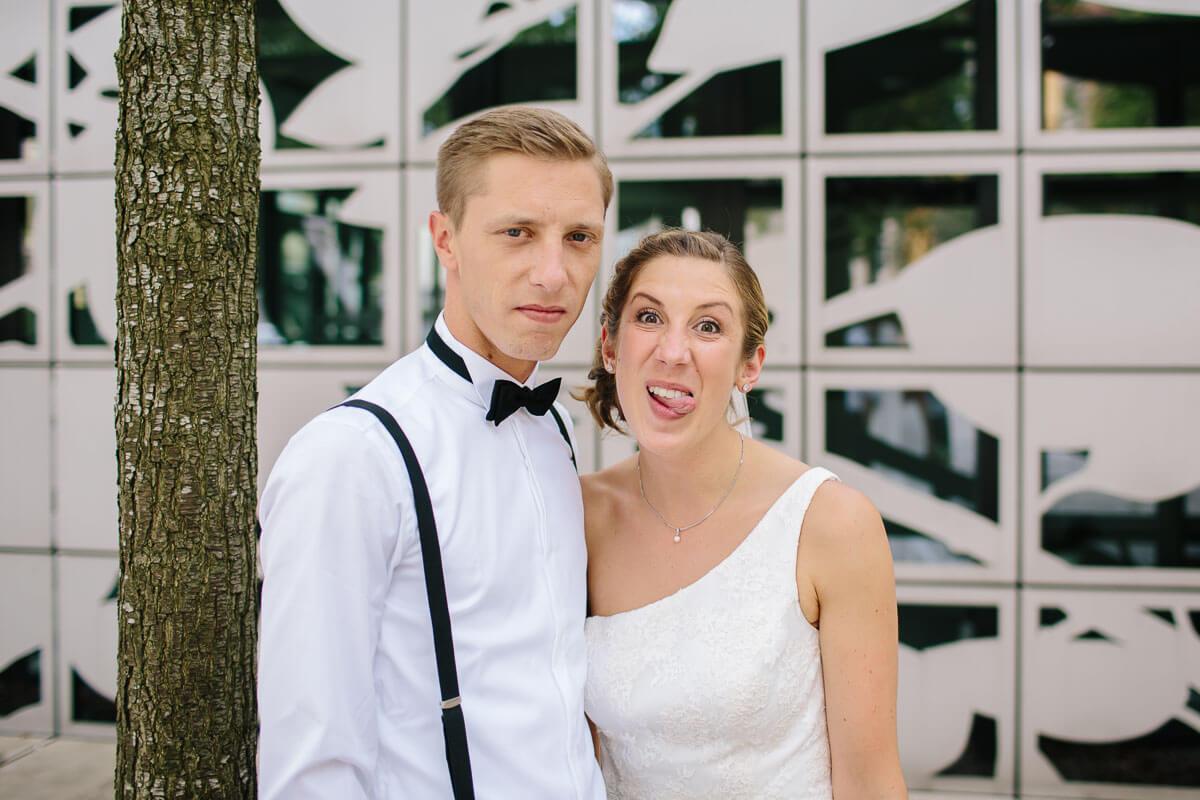 Brautpaar macht Quatsch vor der Kamera