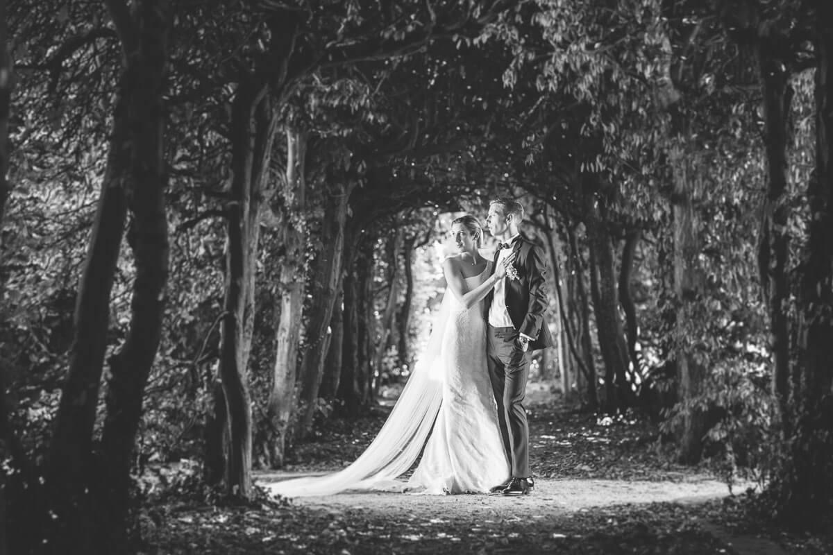 Brautpaar schaut Richtung Licht