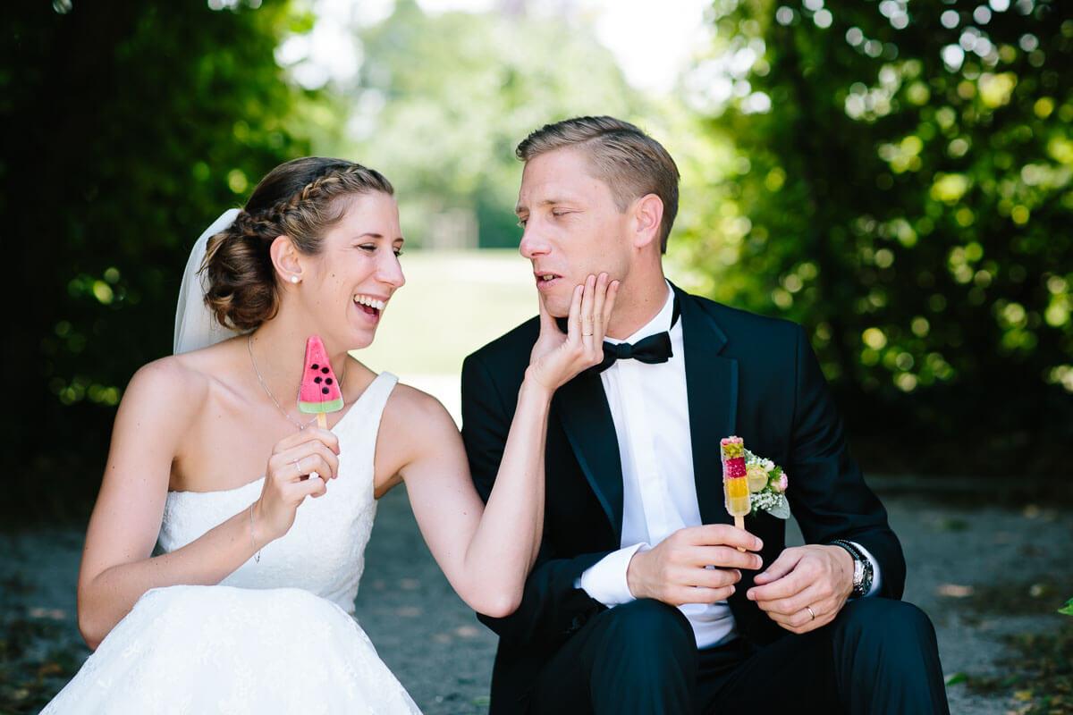 Brautpaar ißt Eis am Stiel