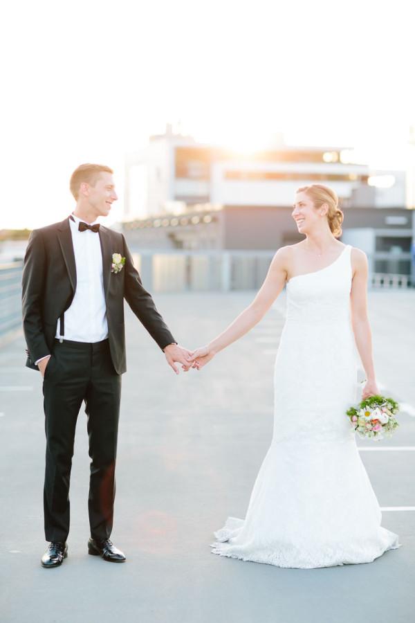 Brautpaar auf Parkhausdeck, Sonne im Hintergrund