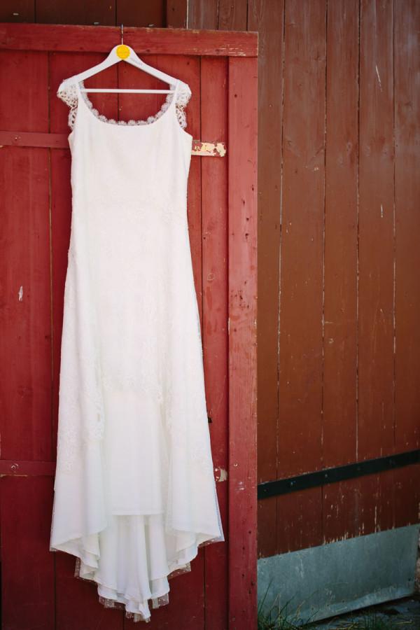 Brautkleid an Holztür