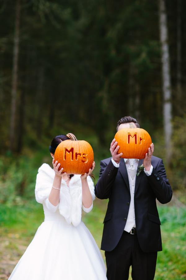 Brautpaar an Halloween mit Kürbis