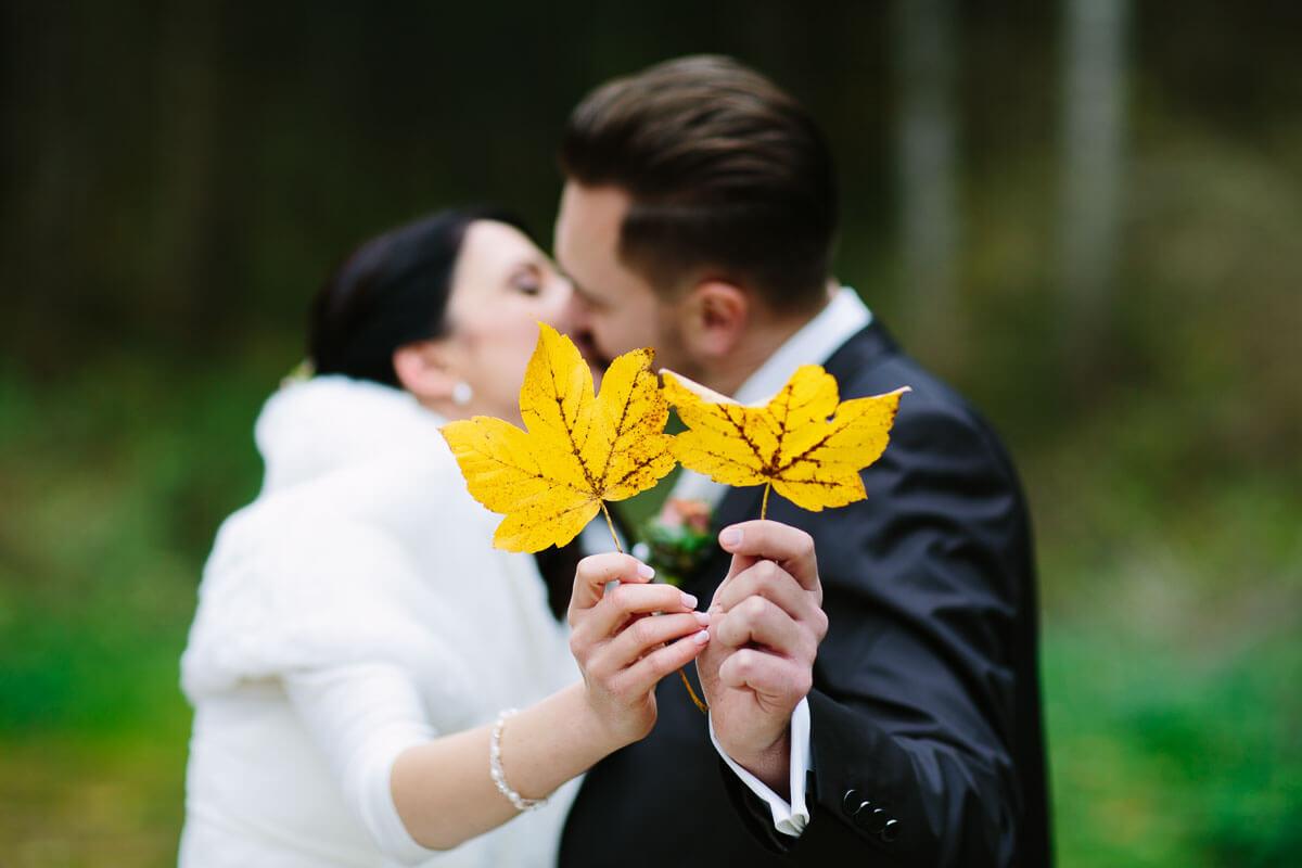 Brautpaar mit Herbstblatt