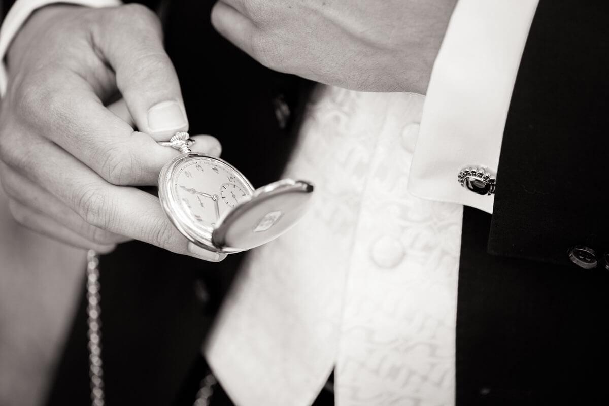 Bräutigam mit Taschenuhr vom Großvater