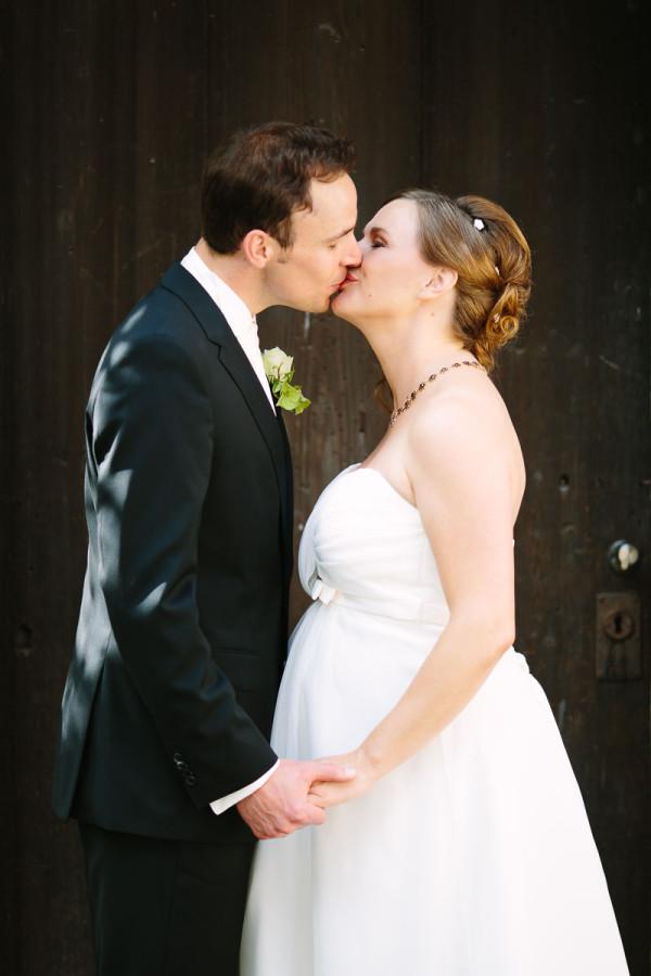 Bräutigam und Braut küssen sich