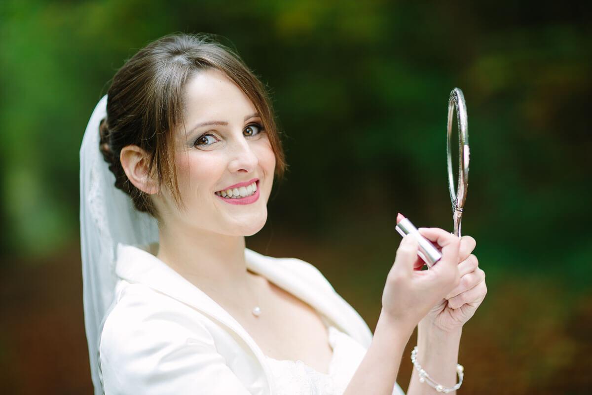 Braut schminkt sich nach